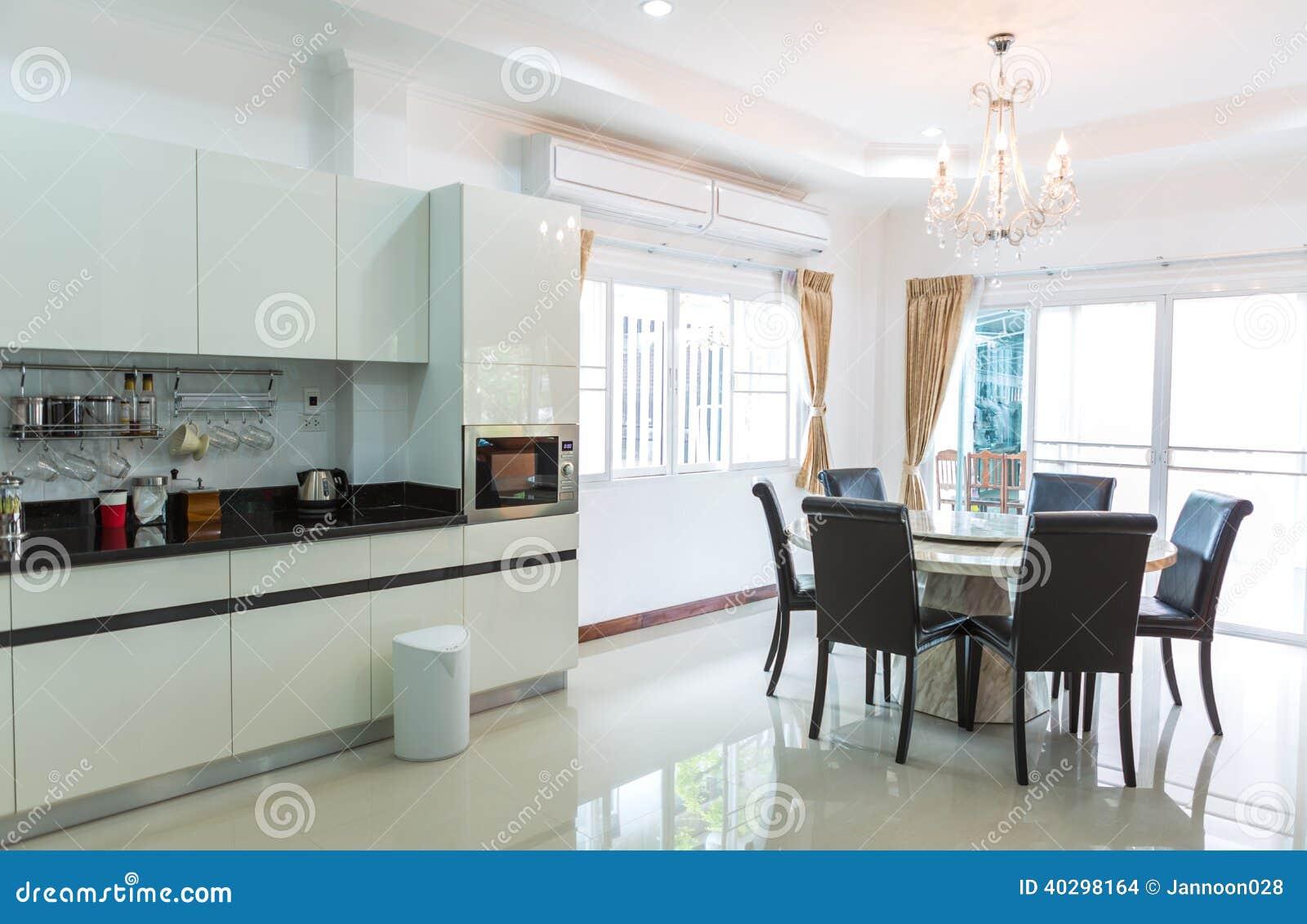 Kuchenschranke Mit Kaffeeecke Im Modernen Hauptwohnzimmer Stockfoto