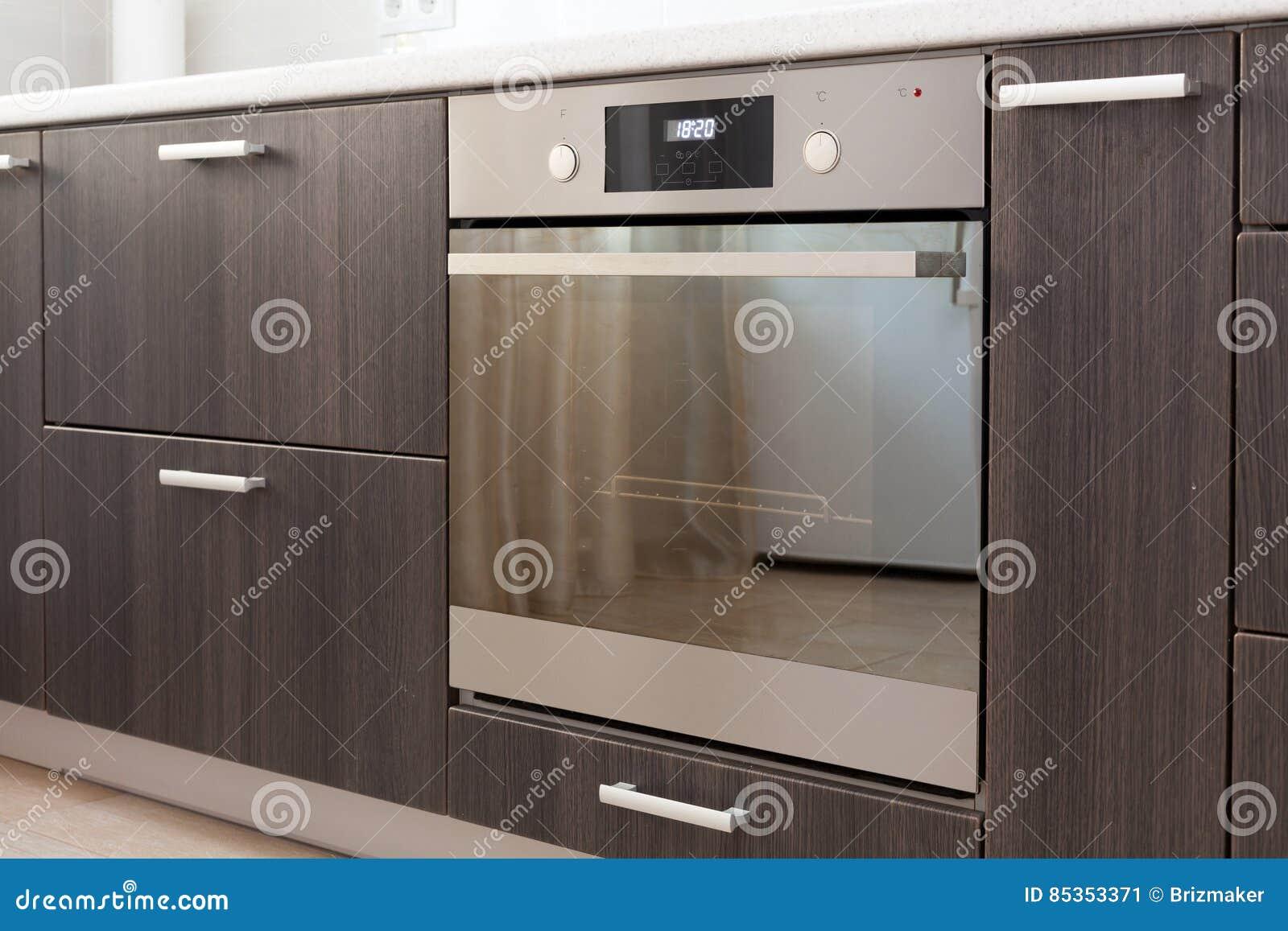 Küchenschränke Mit Metallgriffen Und Eingebautem Elektrischem Ofen ...