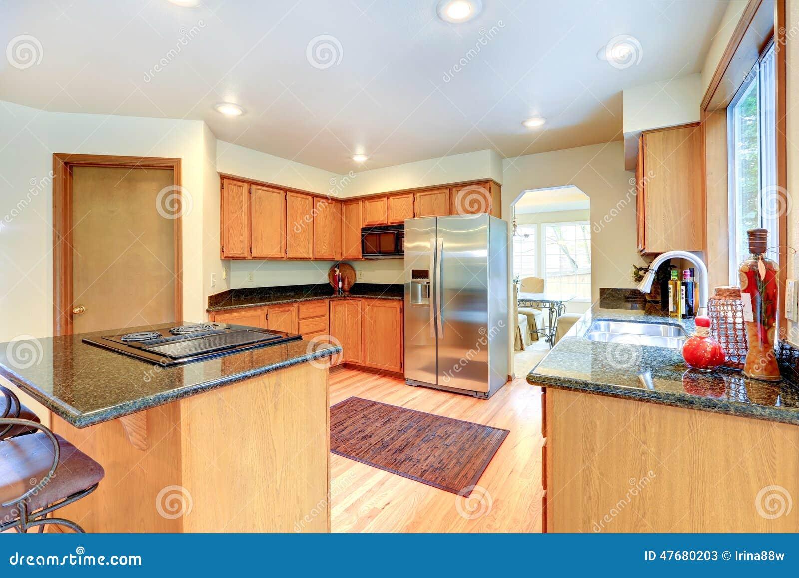 Küchenschränke Mit Schwarzer Granitspitze Stockbild - Bild von haupt ...