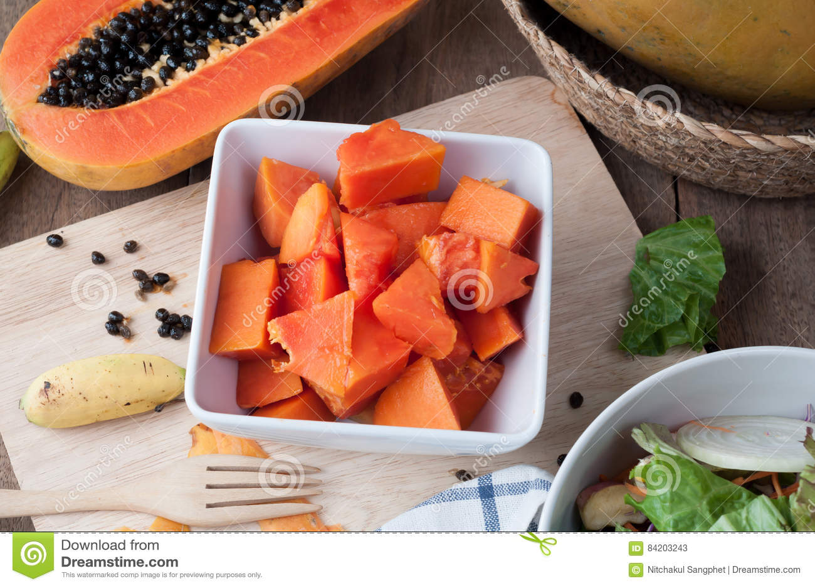 Küchentisch mit geschnittener frischer Papayafrucht auf hölzerner Ausschnittboa