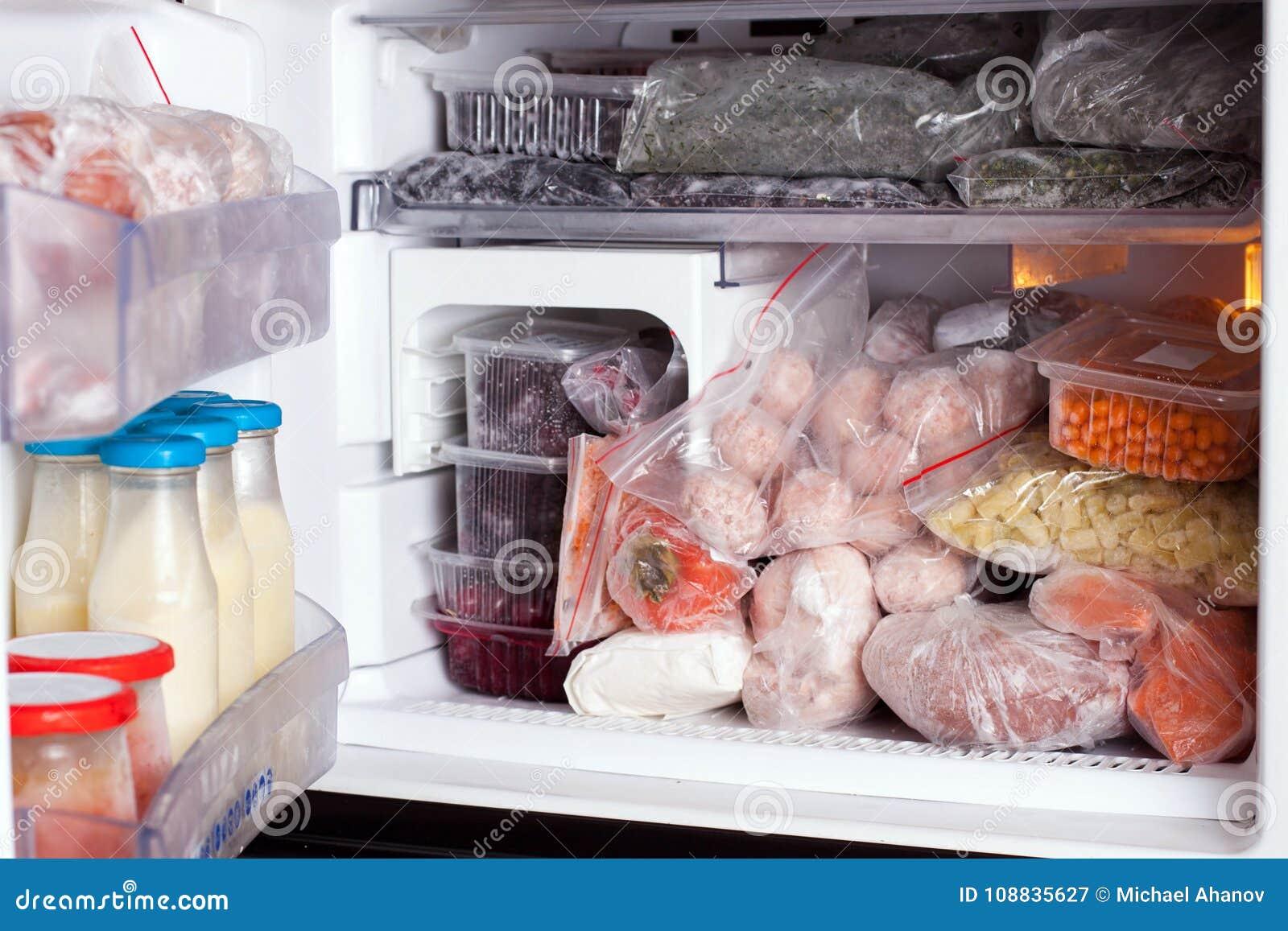 Kühlschrank mit Tiefkühlkostfleisch, -milch, -obst und Gemüse -