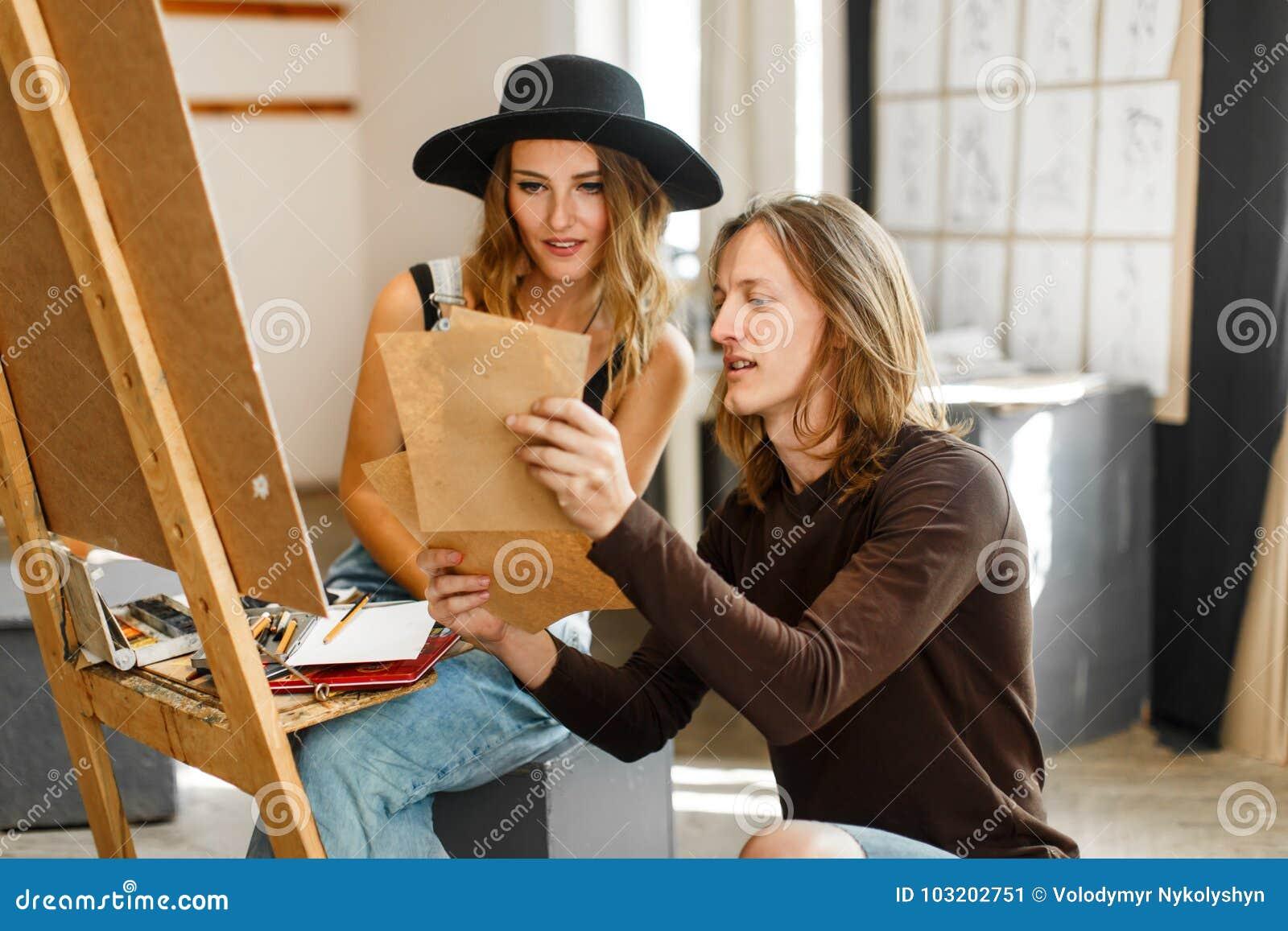 Künstler Consult sein Kollege beim Zeichnen