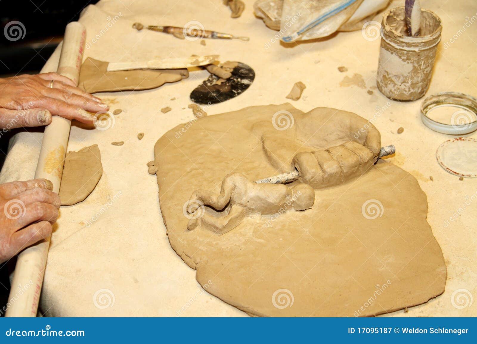 Künstler, der mit Lehm arbeitet