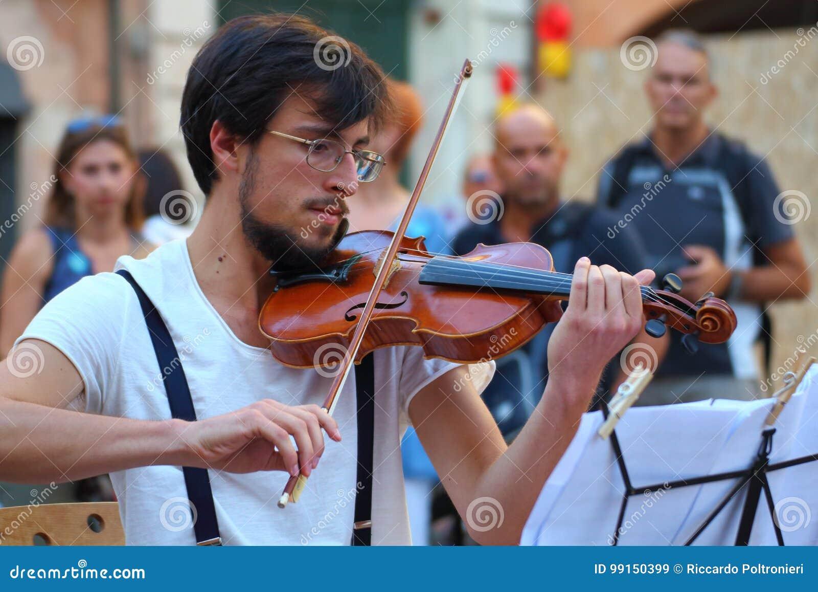 Künstler führen in der Straße durch Buskers-Festival Ad hoc Quartett