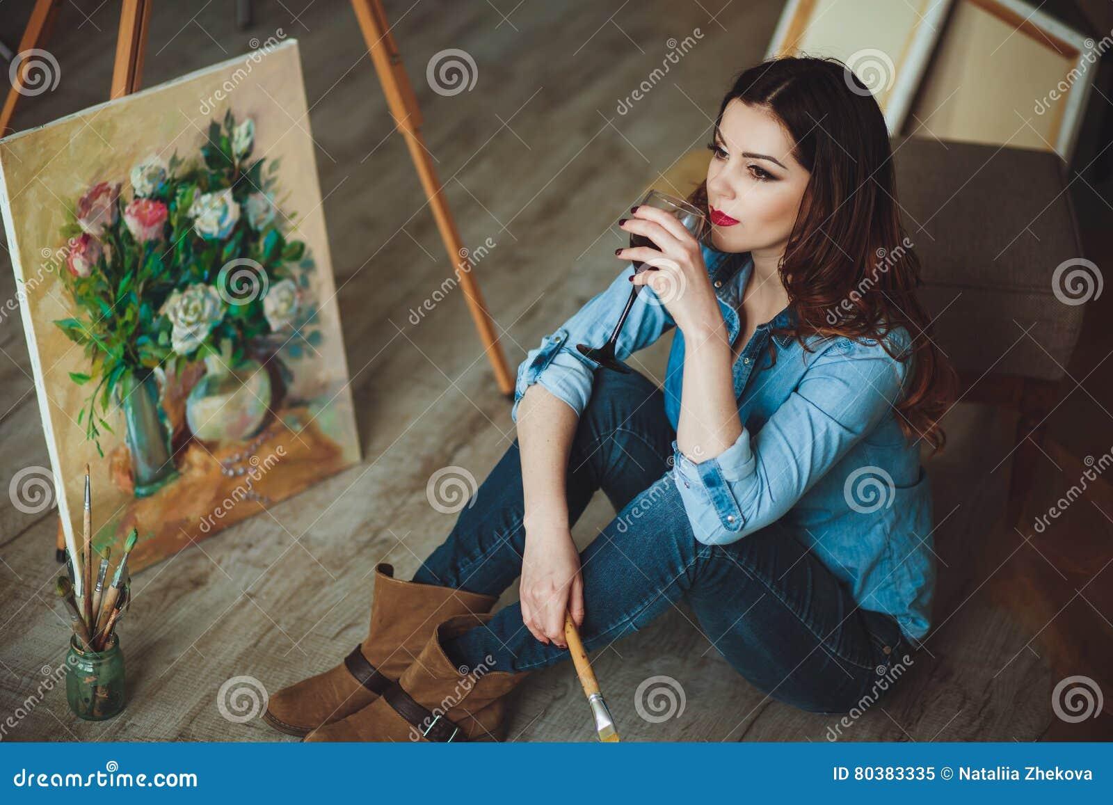 Künstlerin, die ein Bild in einem Studio malt