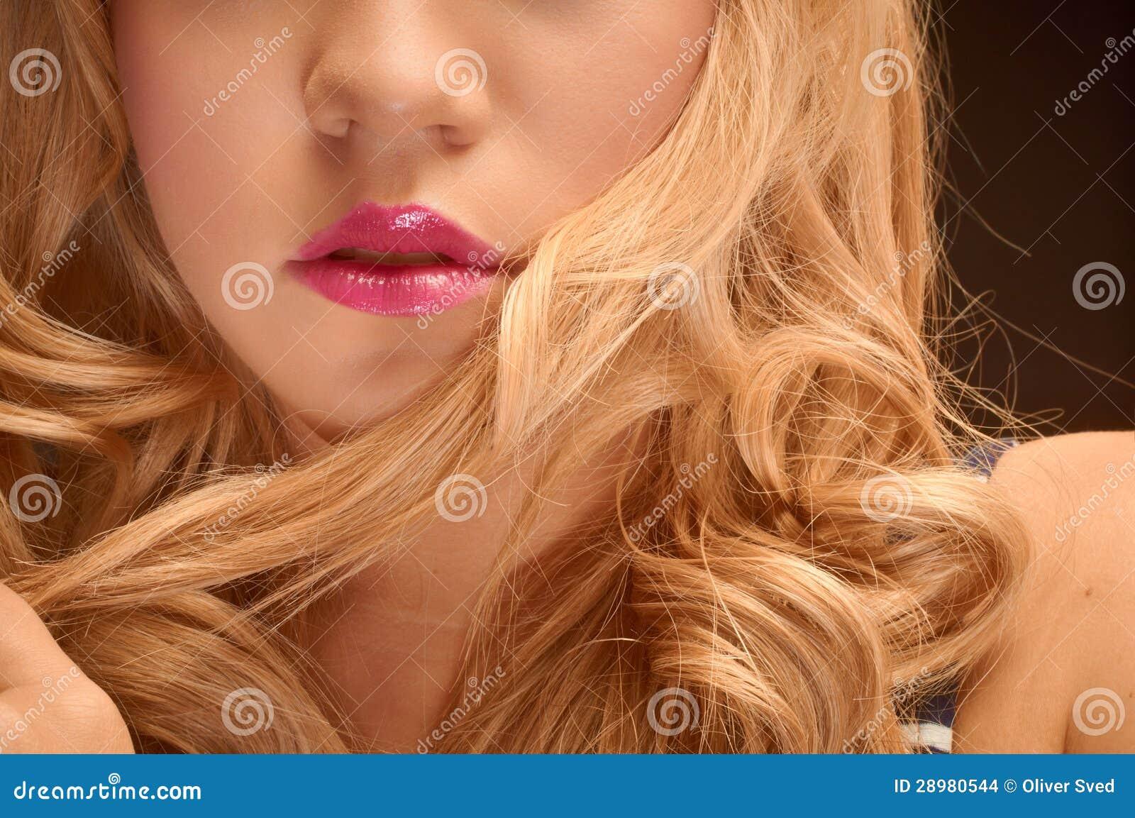 Künstlerisches Nahaufnahmefoto einer jungen Frau