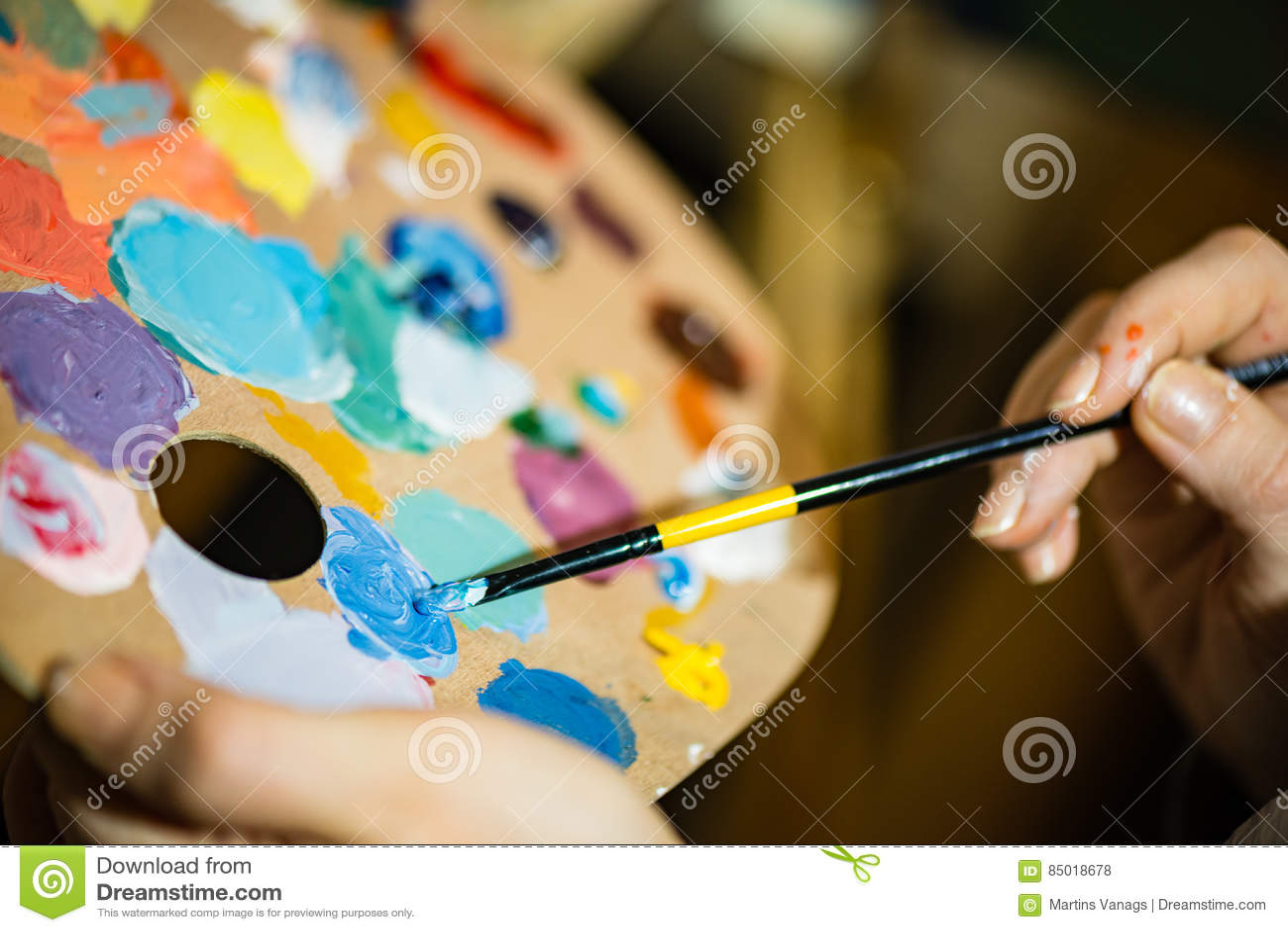 k nstlermalerei mit acrylfarben und mischenden t nen stockfoto bild 85018678. Black Bedroom Furniture Sets. Home Design Ideas