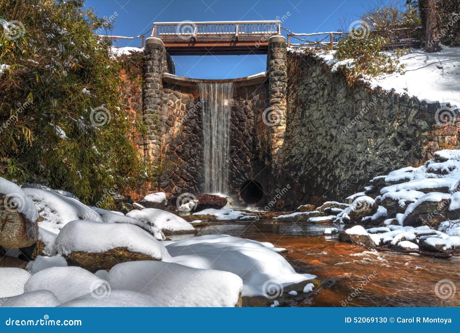 Künstlicher Wasserfall im Schnee in Asheville-North Carolina