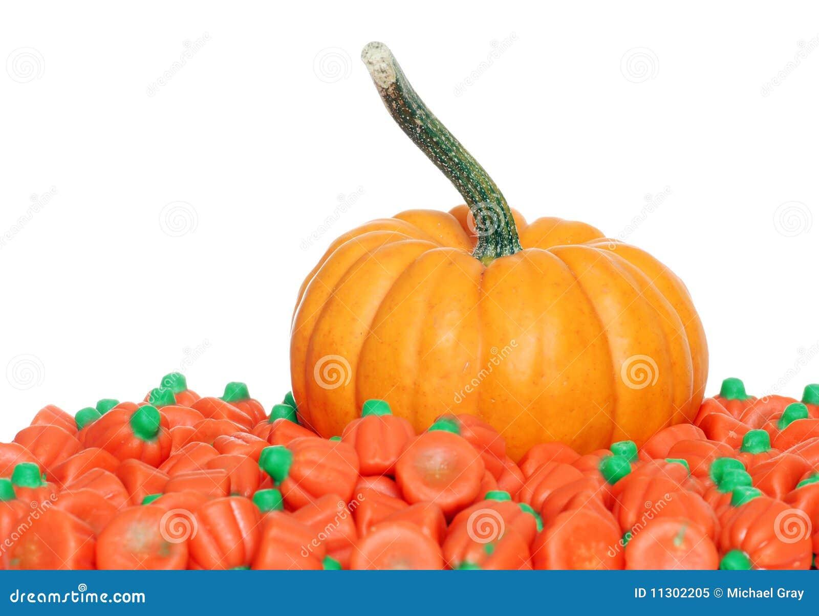 Kürbis mit orange Süßigkeiten