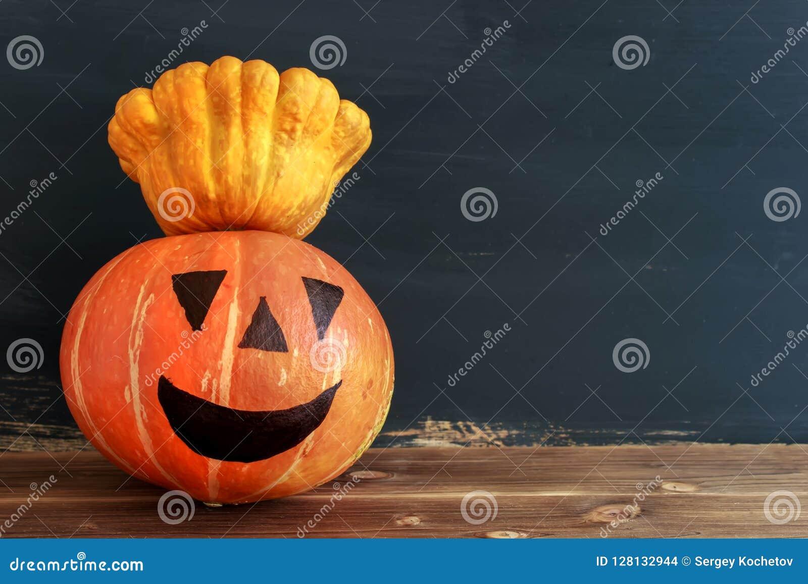 Kürbiskerze Halloween Auf einem dunklen Hintergrund