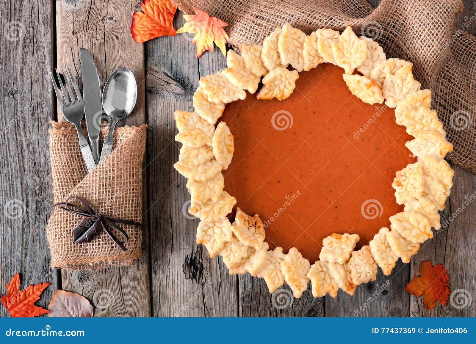 Kürbiskuchen mit Herbstblatt-Gebäckdesign, obenliegende Tabellenszene