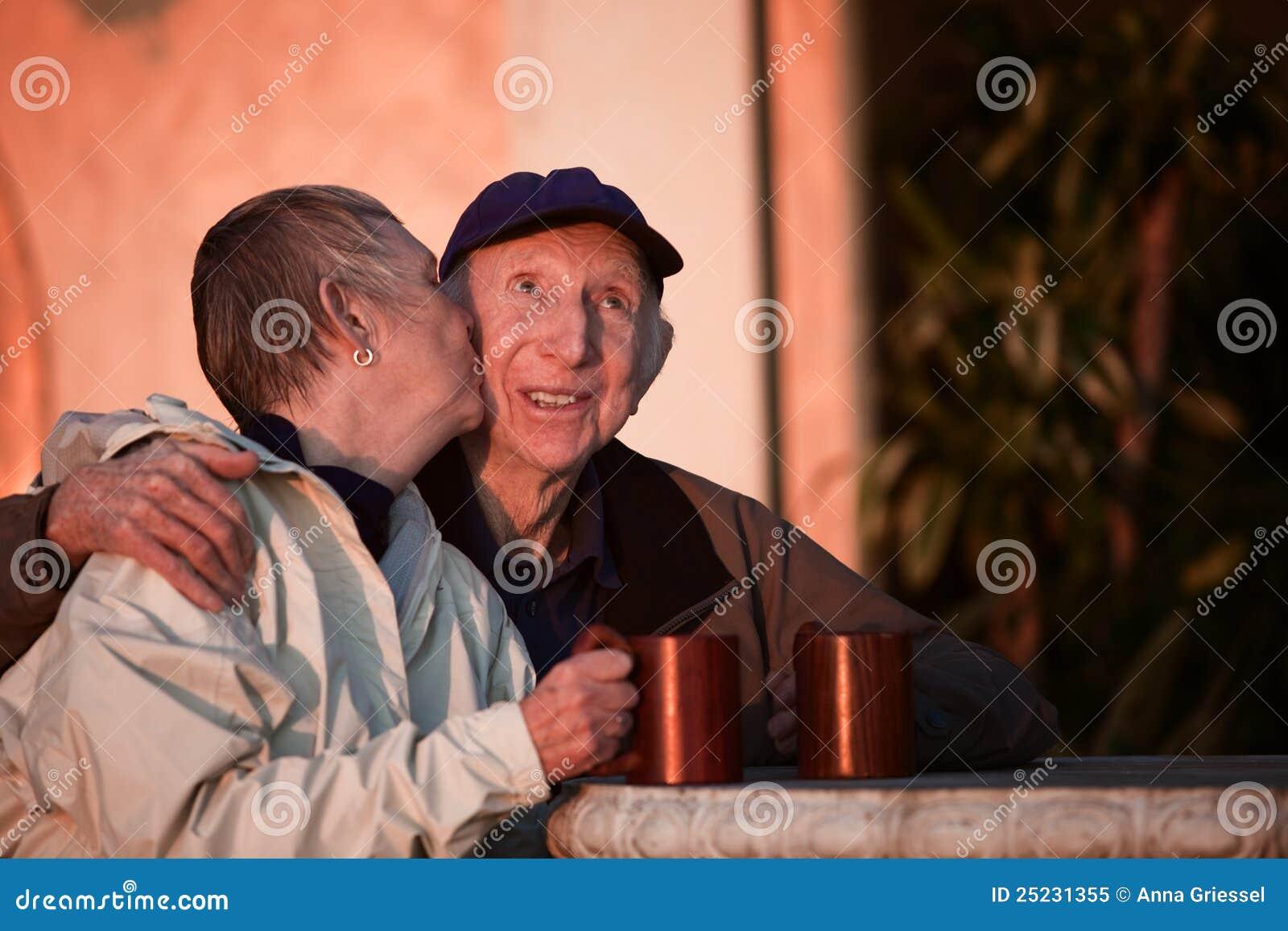 Küssen der älteren Paare
