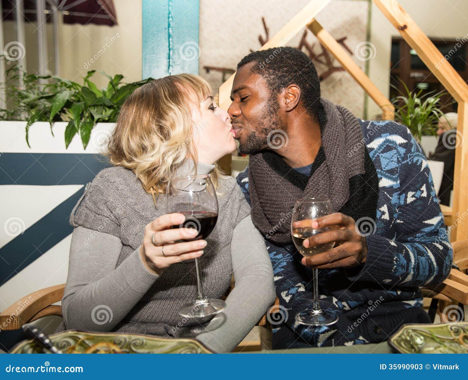 Dating ein weißer Kerl gegen einen schwarzen Kerl