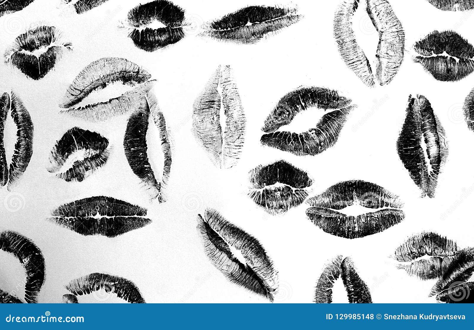 Küssen Sie viele Spuren des schwarzen Weiß des Lippenstifts