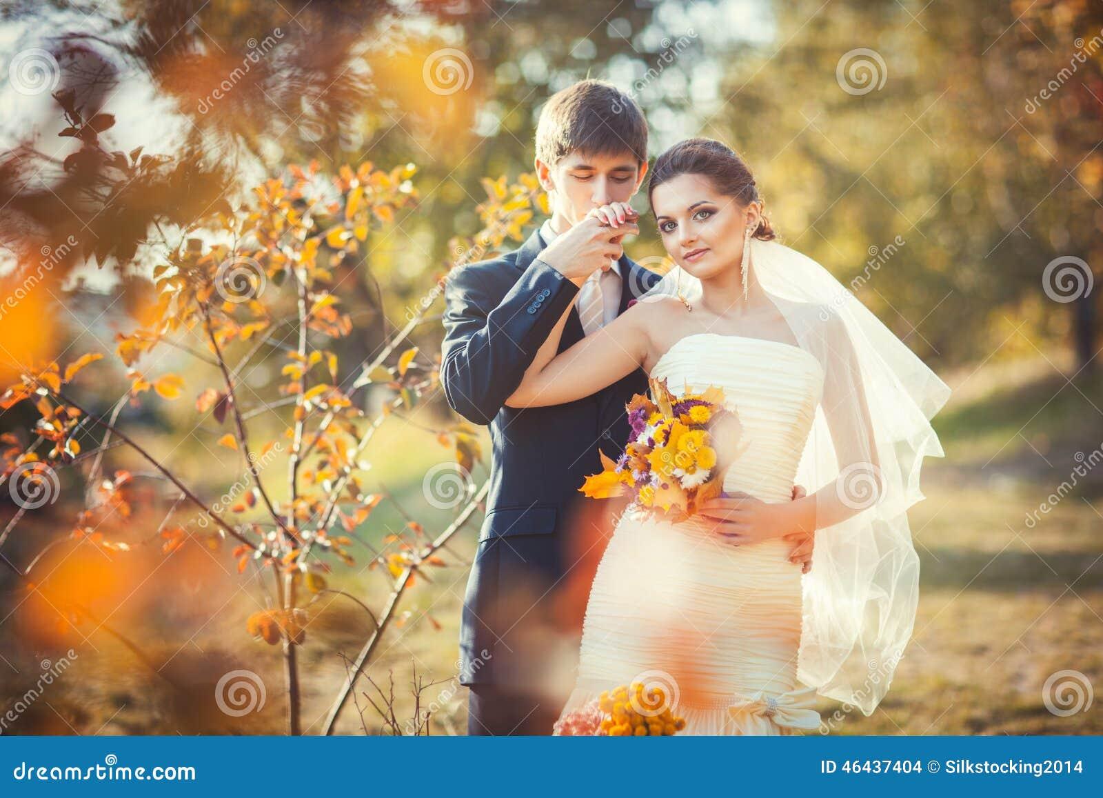 Küssende Hand des Bräutigams der Braut