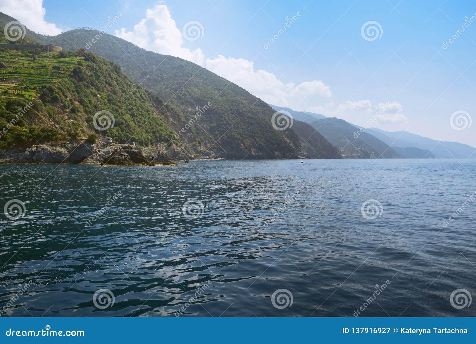 Küste Cinque Terre Ansicht der fünf Felshügel, auf denen Sie fünf Dörfer lokalisiert haben Ansicht von Monterosso eingebürgert