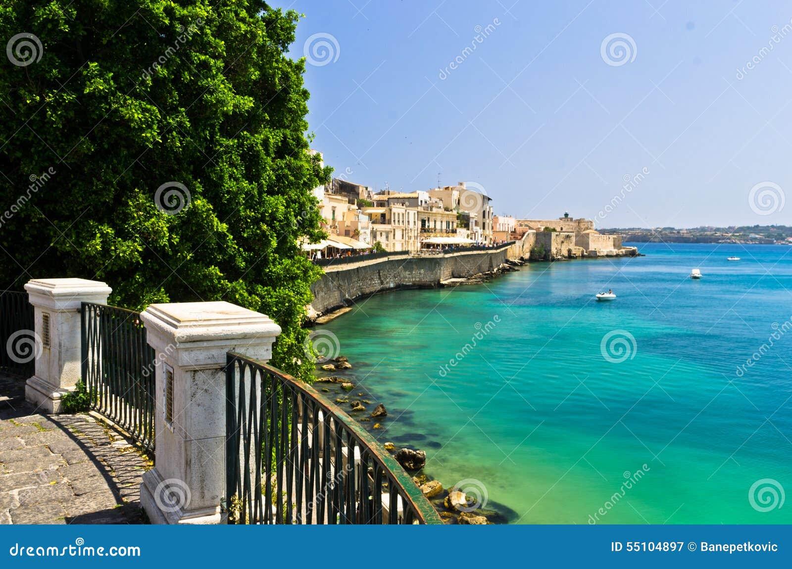 Küste Von Ortigia-Insel An Der Stadt Von Syrakus, Sizilien ...