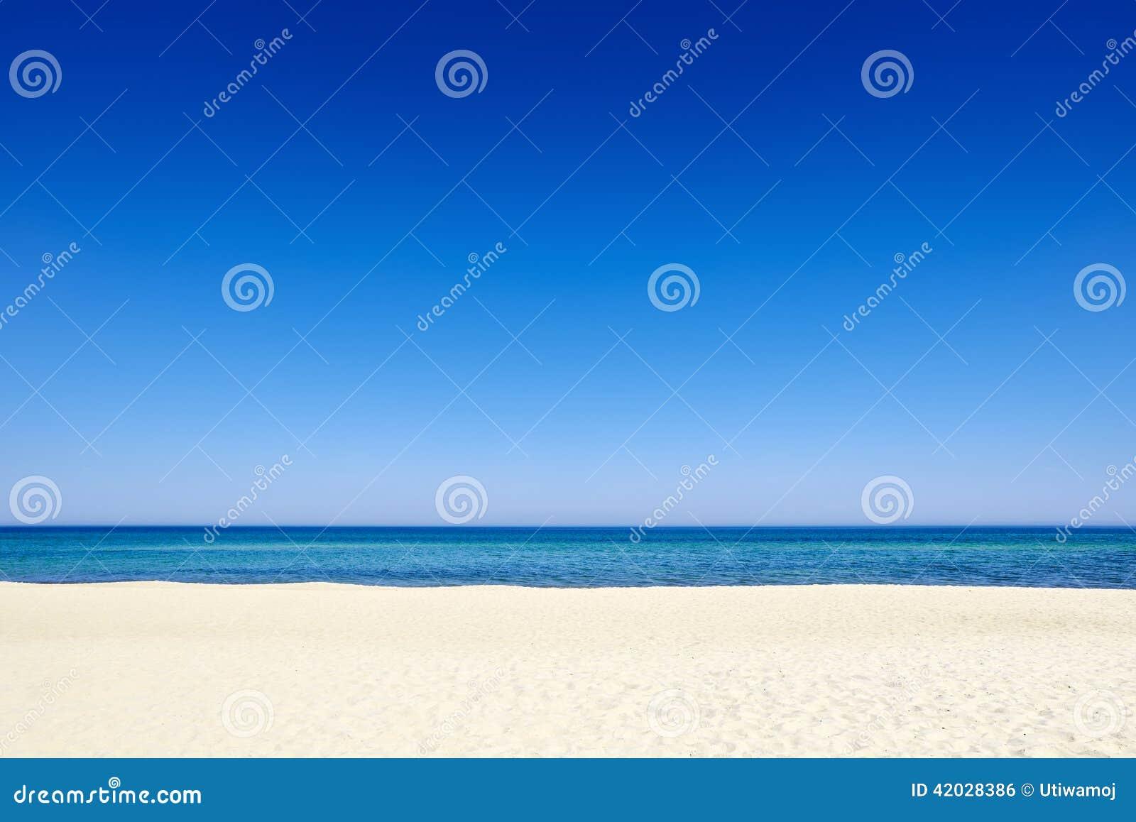 Küsten-Sandhintergrundstrand des blauen Himmels des Sommers See