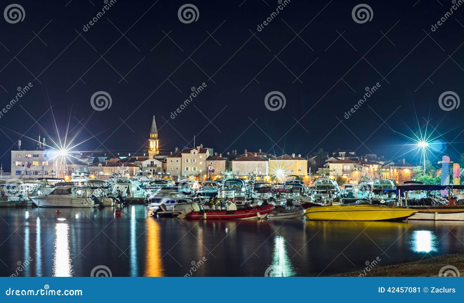 Küstenlinie und Jachthafen der Nacht Budva