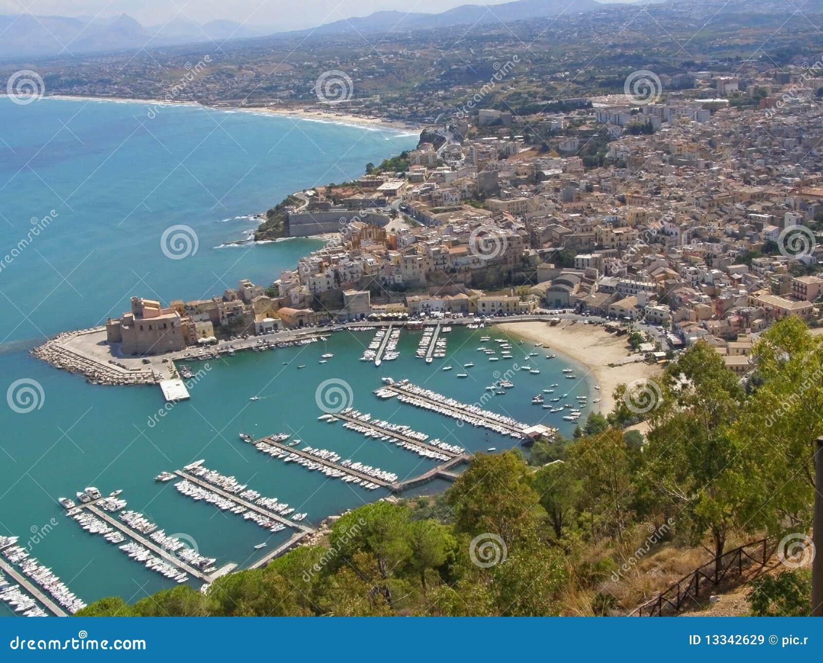 Küstestadt und -strand