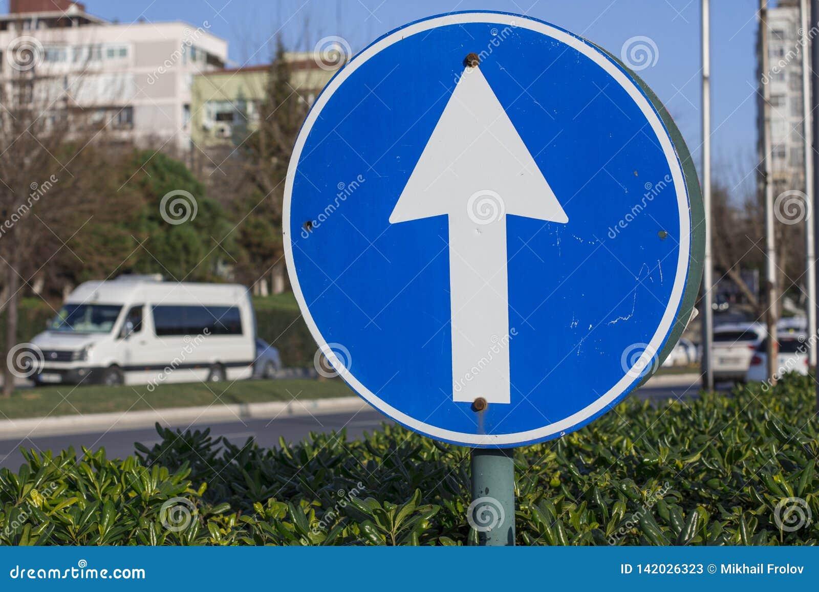 Kąta błękitny drogowego znaka odcienia widok szeroki Strzała w okręgu dla ruch drogowy kontroli