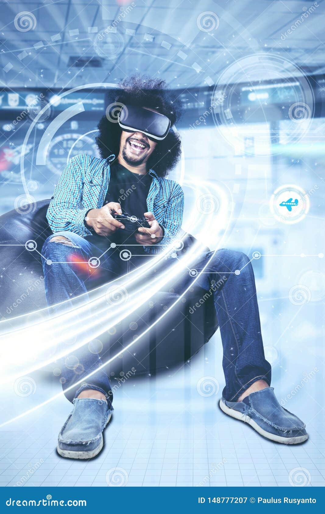 Kędzierzawego włosy mężczyzna bawić się gra wideo w futurystycznym ekranie