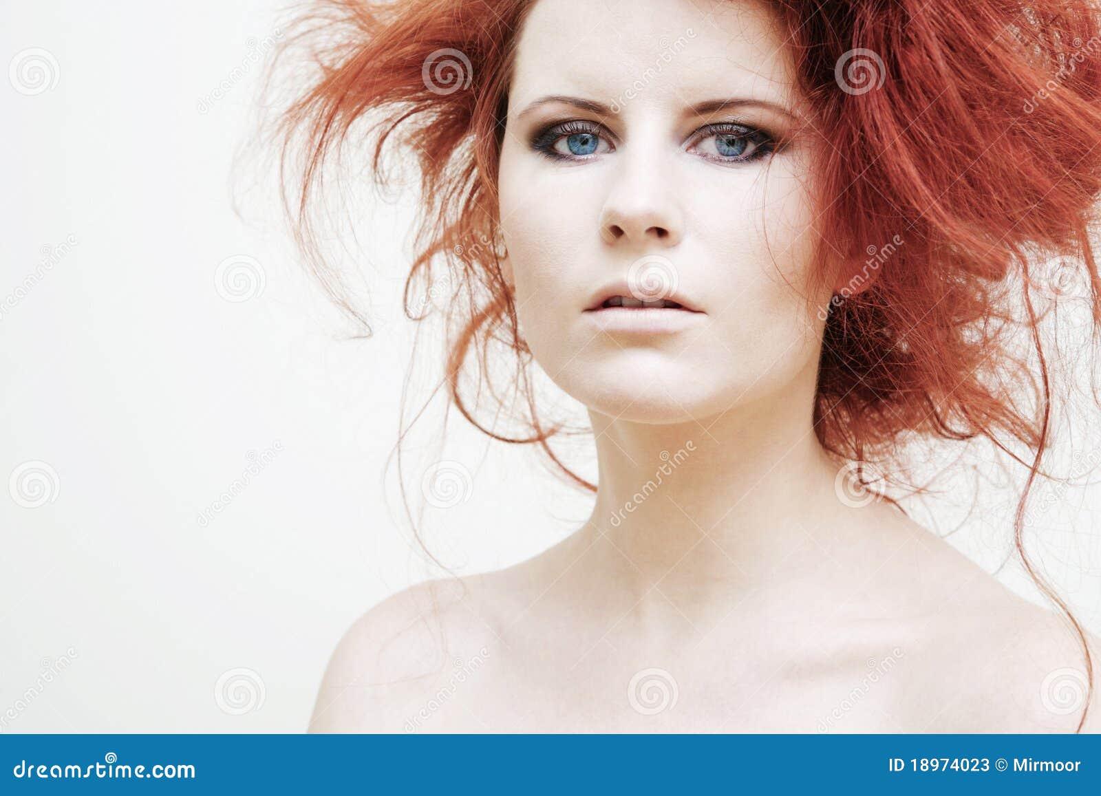 Kędzierzawi mody włosy modela czerwieni potomstwa