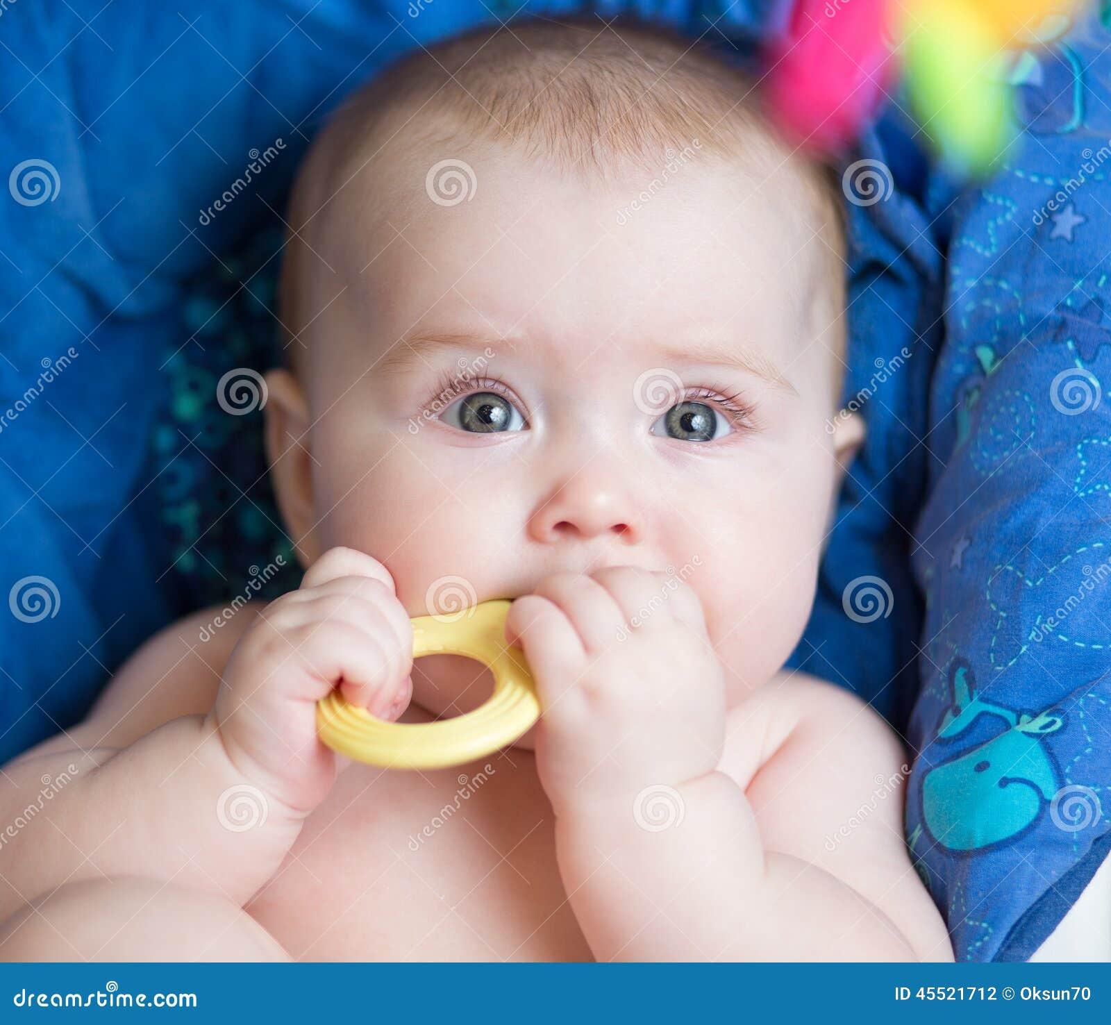 Kłaść dziewczynki używa teether