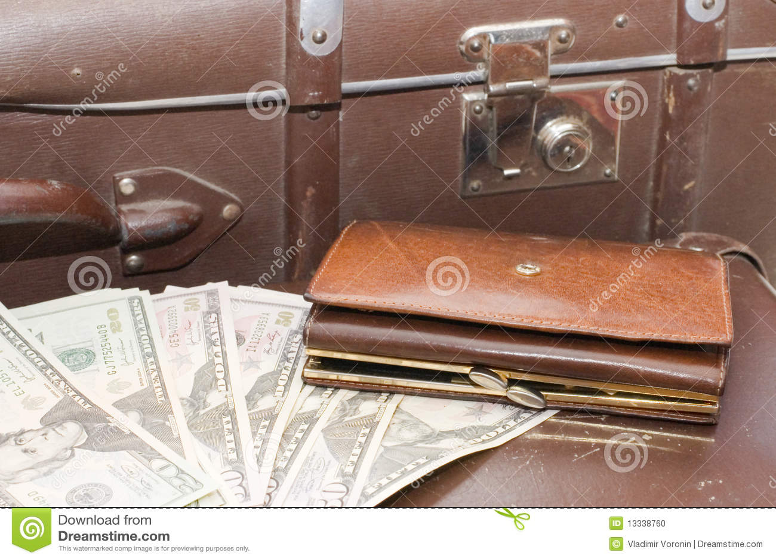 Kłaść starą pieniądze walizkę