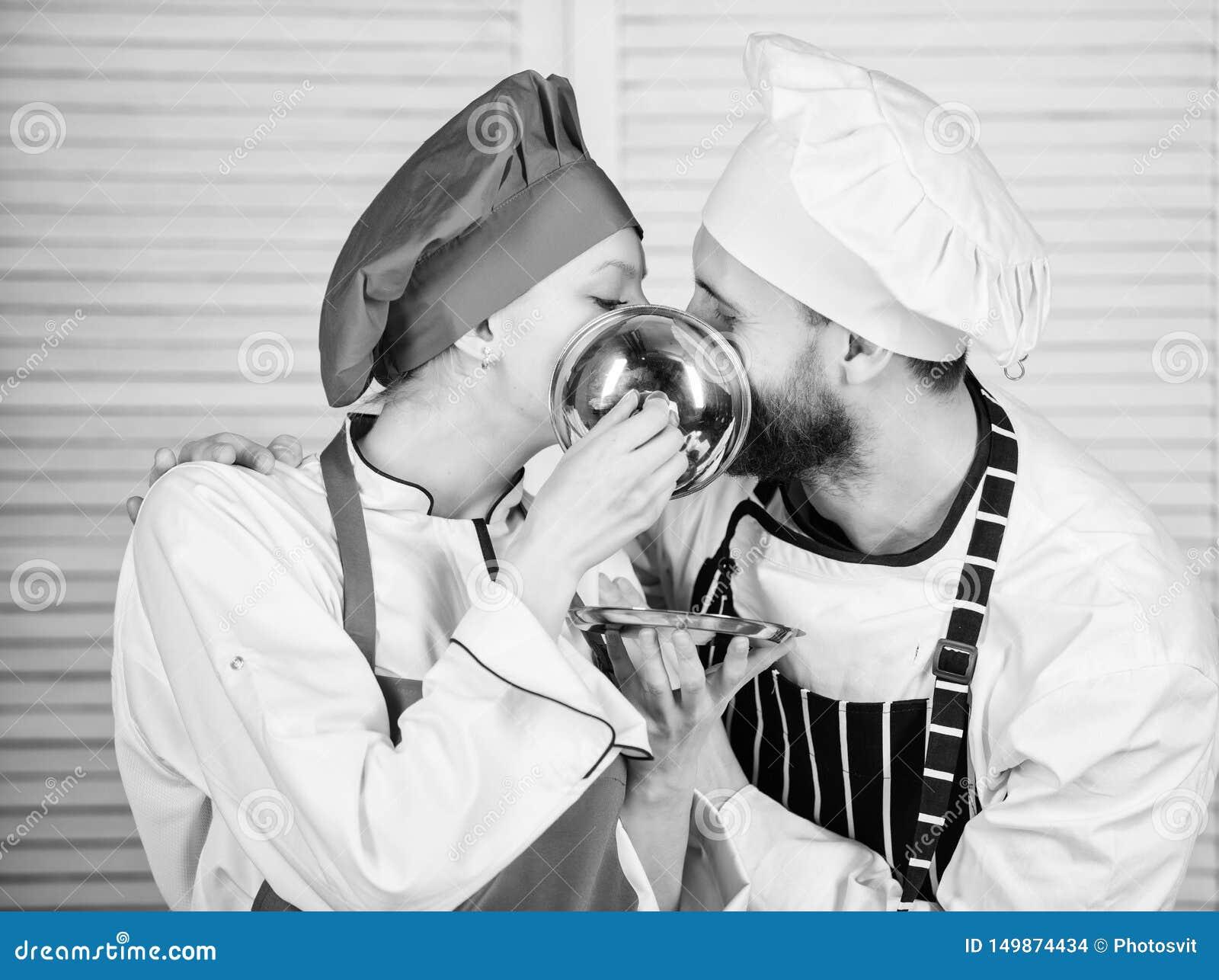 K?kromans Familjmatlagning i k?k par som ?r f?r?lskade med perfekt mat man- och kvinnakock i restaurang meny