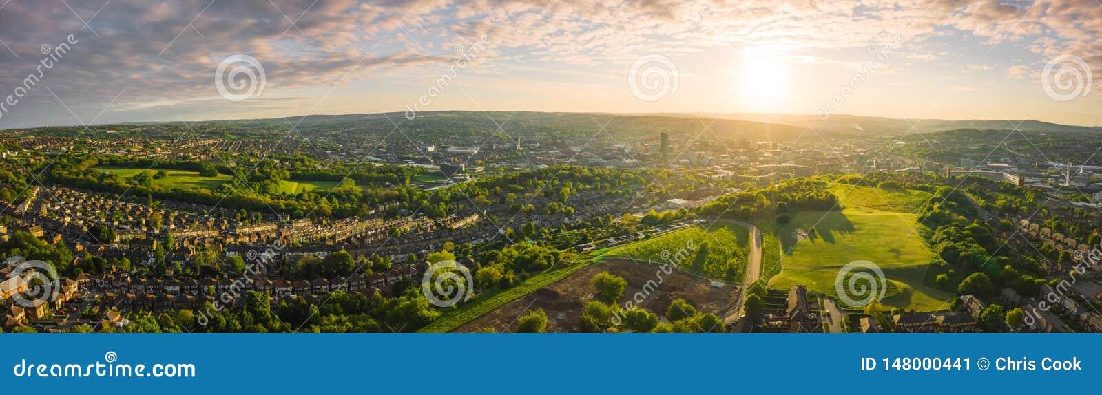 12k luchtpanorama van Sheffield City bij Zonsondergang