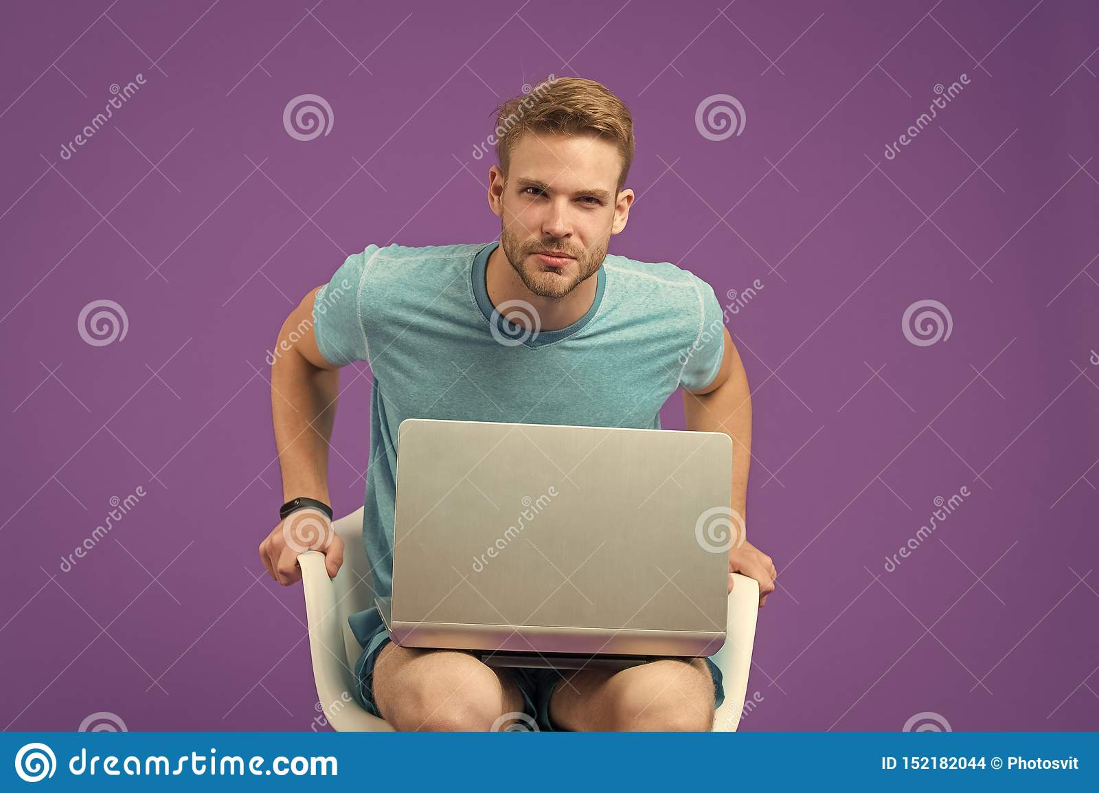 K?p direktanslutet Tagandef?rdelsonline-shopping access fria internet Man med den moderna b?rbara datorn som surfar internet mode