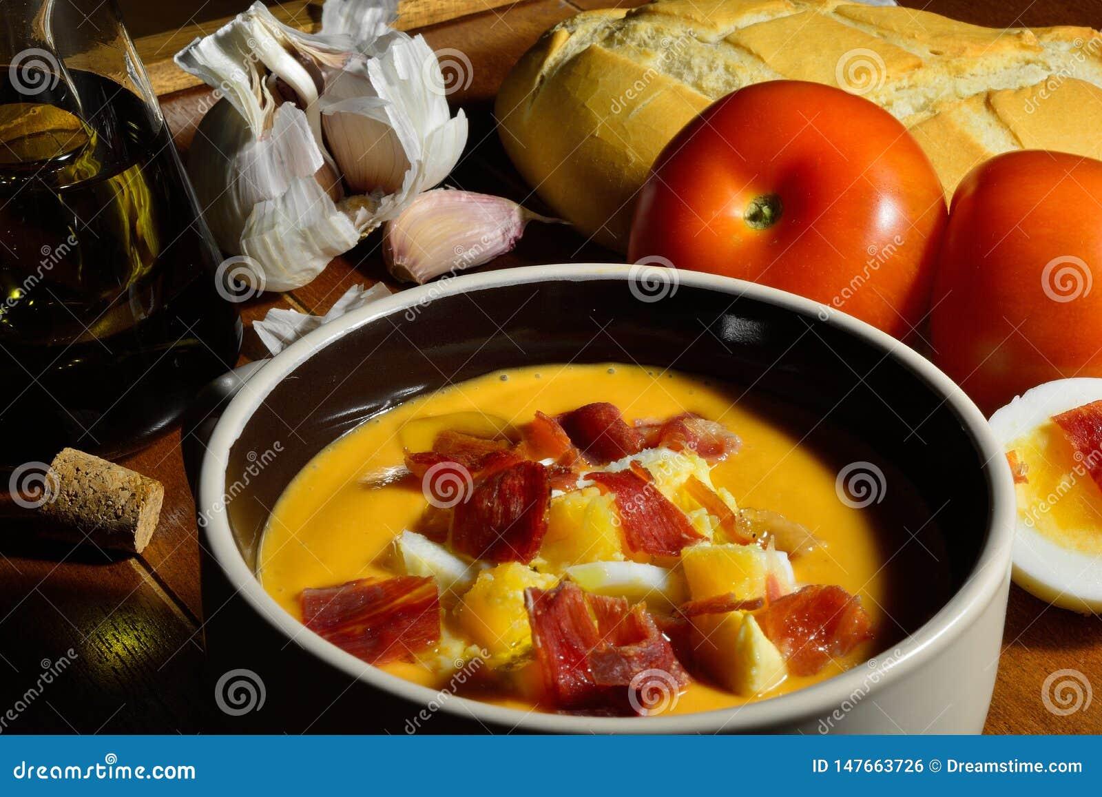 K?ta strza? puchar z hiszpa?skim salmorejo, typowa zimna polewka robi? z pomidorem, chleb, oliwa z oliwek i czosnek nakrywaj?cy z