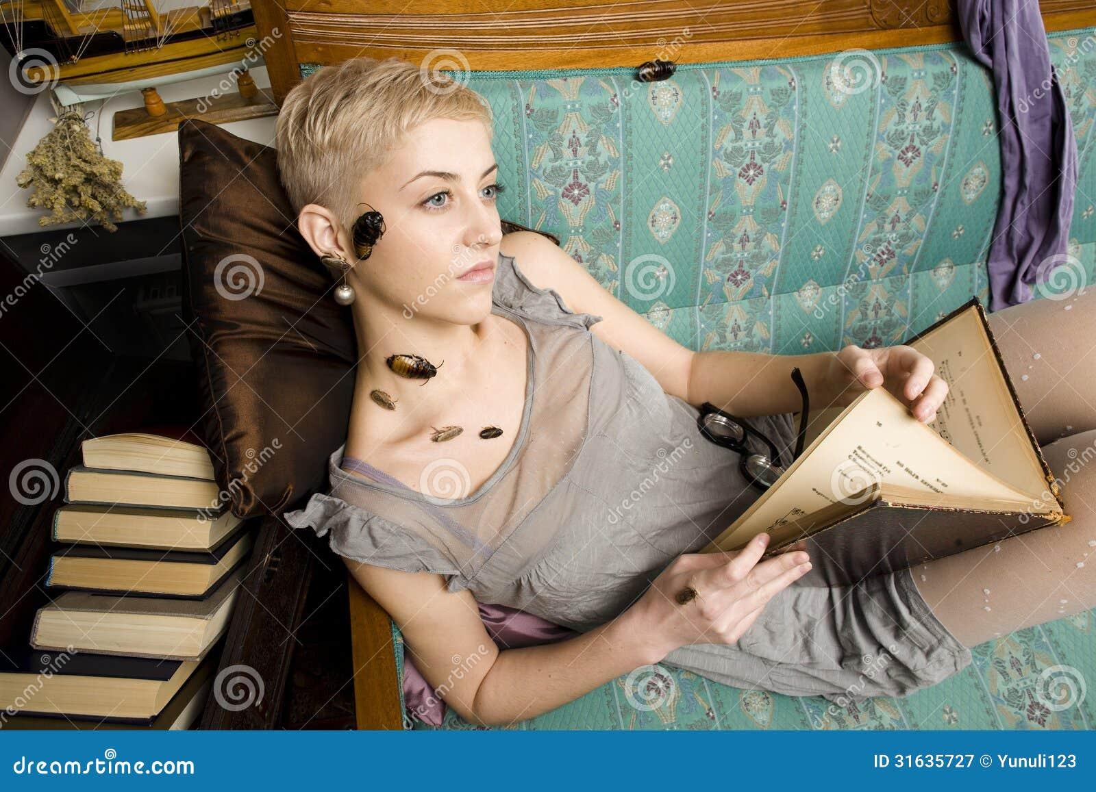 Każdy jego swój karakany, piękno dziewczyna wśród książek