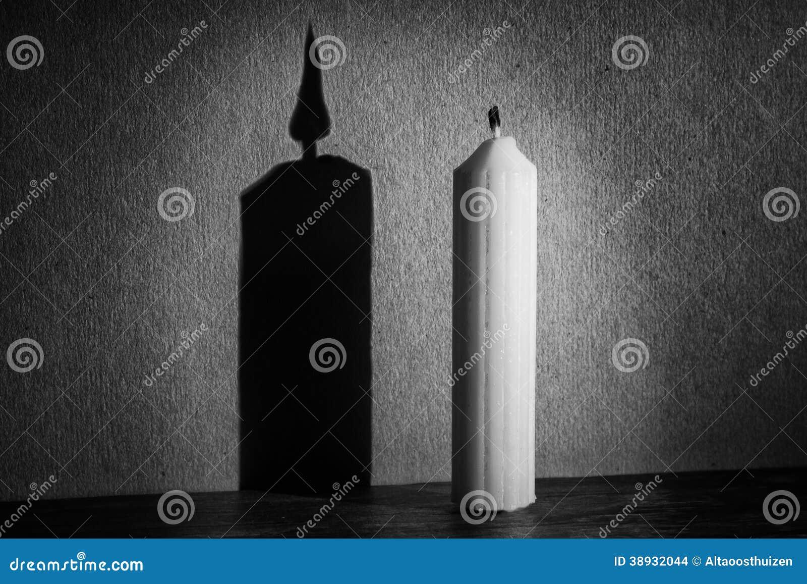 Kaars in duisternis die met schijnwerper schaduw maken stock foto beeld 38932044 - Schaduw maken ...