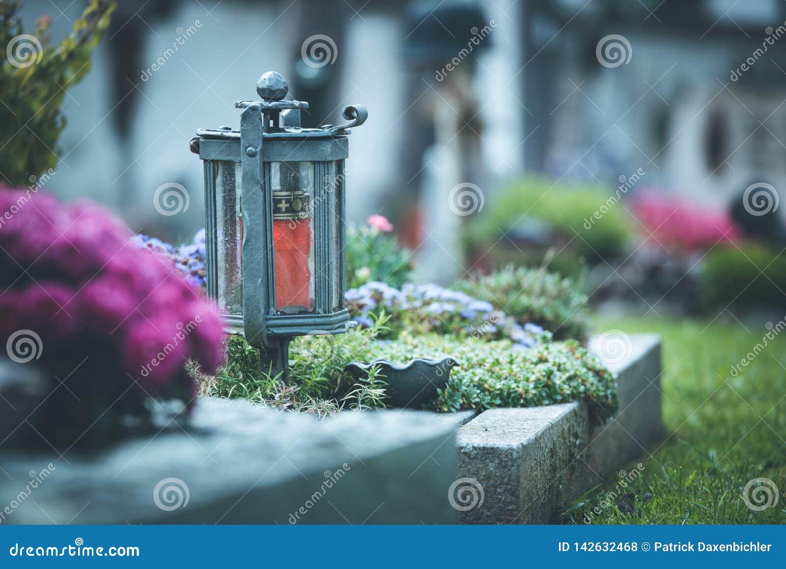Kaars/lantaarn bij de begraafplaats, begrafenis, verdriet