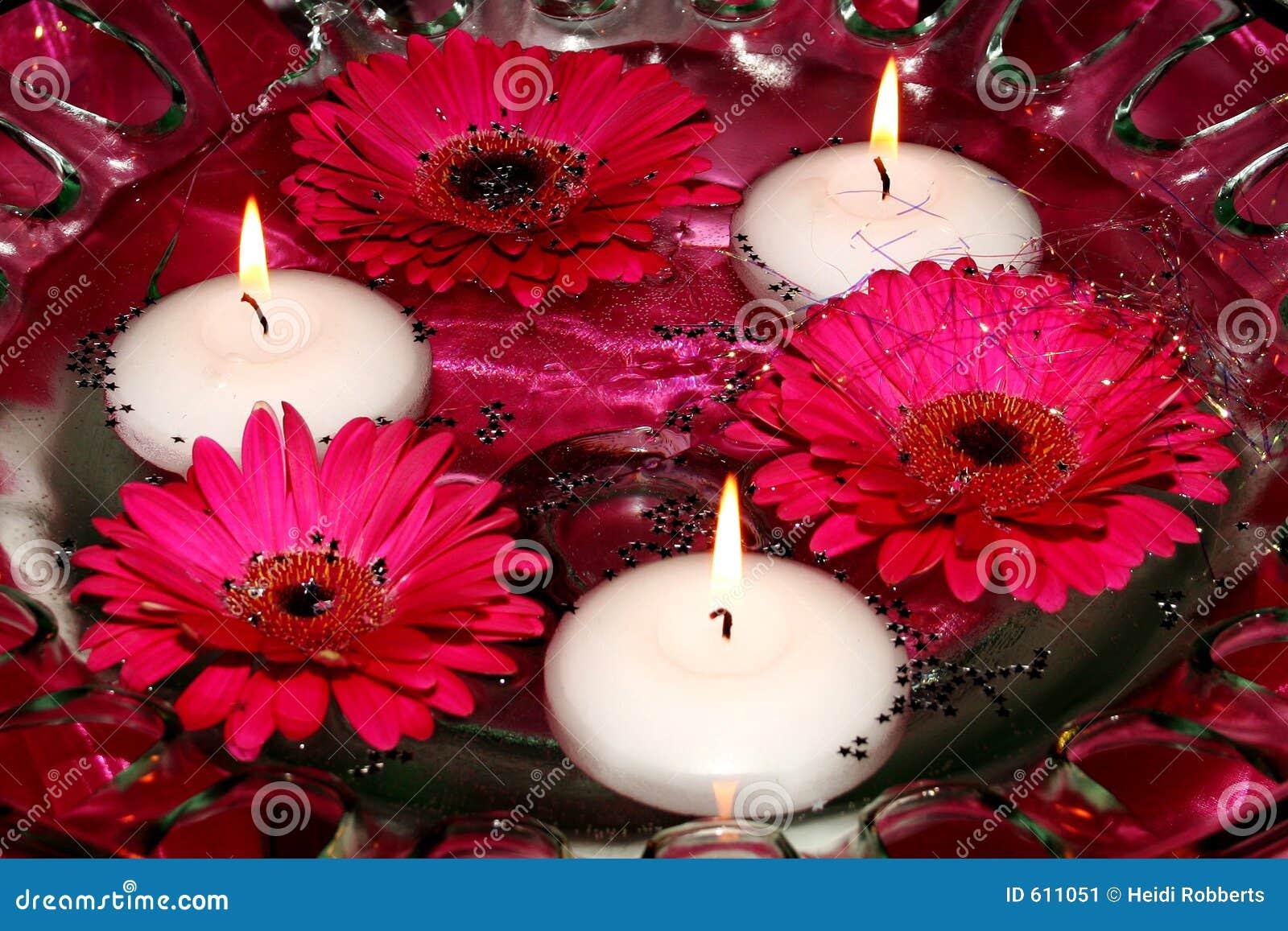 Kaarsen en bloemen in water