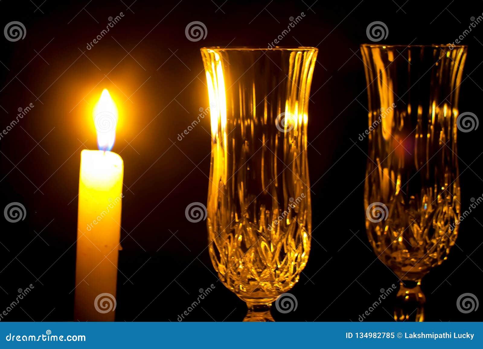 Kaarsen en Kerstmis lichte close-up van het wijnglas