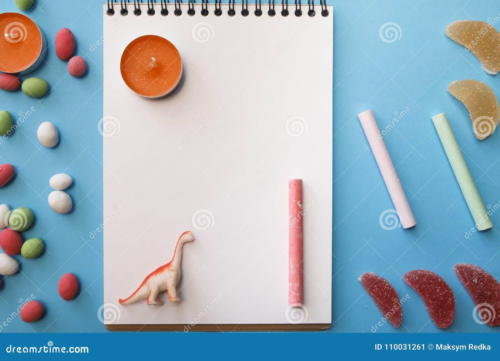 Kaarsen, kleurpotloden, pinda s in gekleurde glans, notitieboekje voor