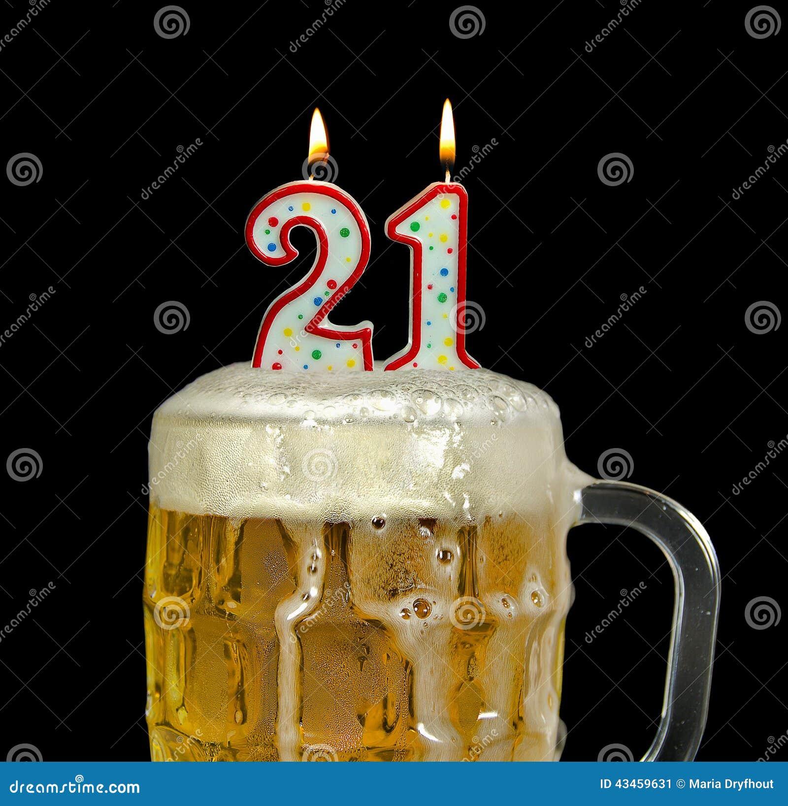 Kaarsen Voor 21ste Verjaardag In Bier Stock Afbeelding Afbeelding