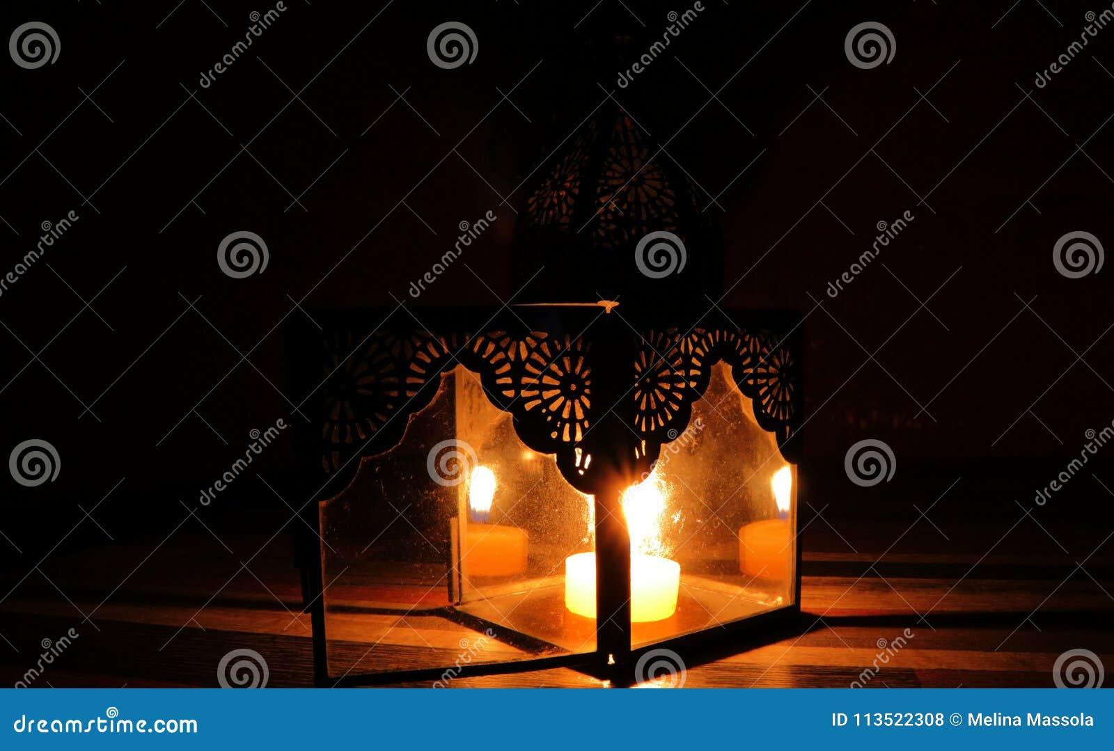 Kaarslicht in de duisternis en kaarshouder