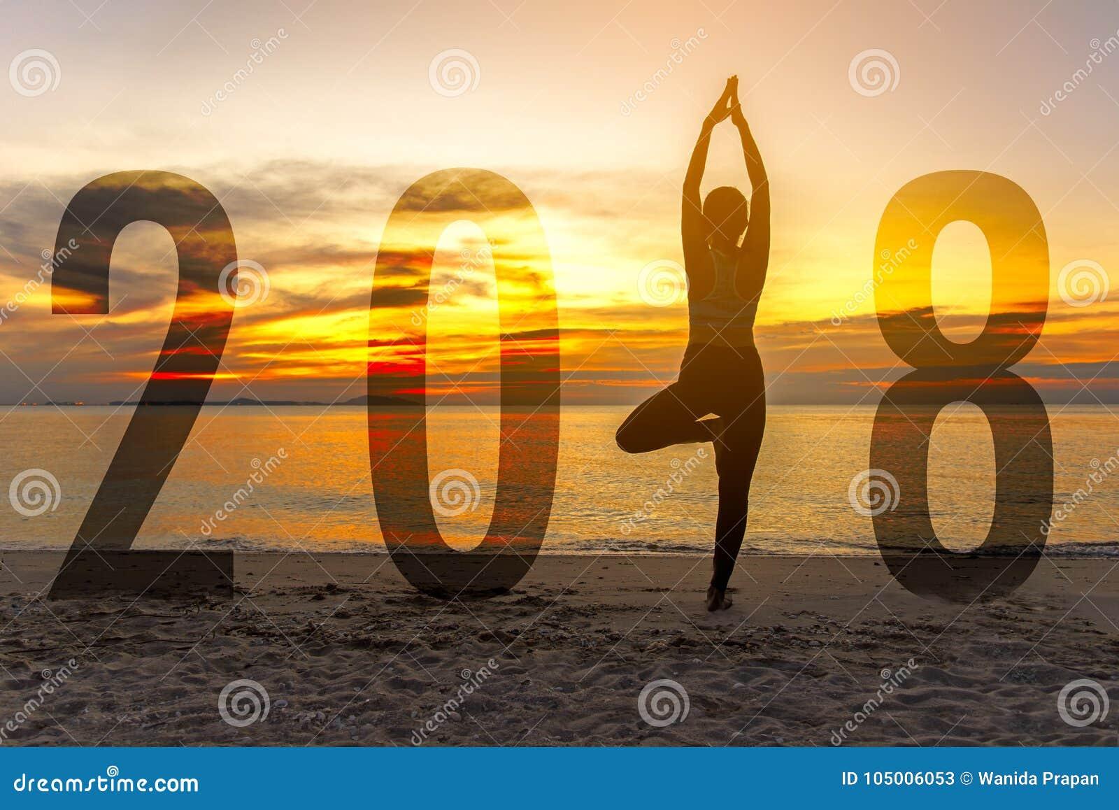 Kaart 2018 van het yoga de Gelukkige nieuwe jaar Silhouetvrouw het praktizeren yoga die zich als deel van Nummer 2018 bevinden