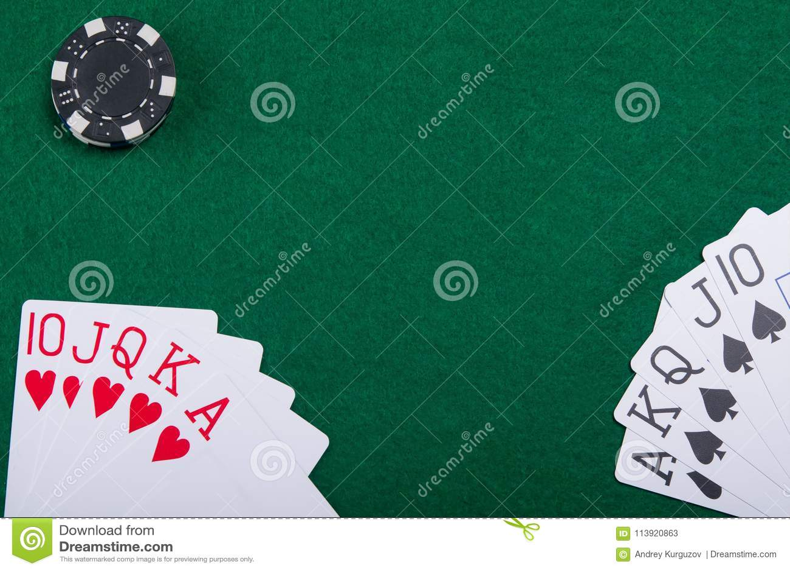 Kaarten op een groene pooklijst van twee pookspelers