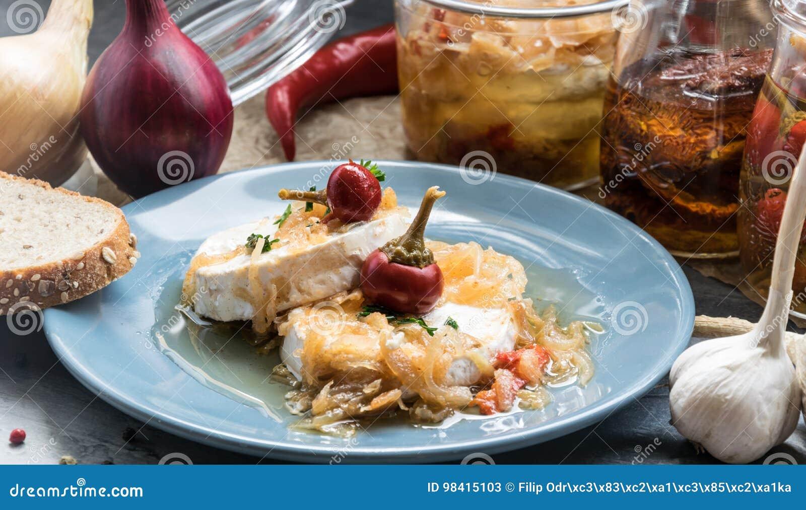 Kaas met witte vorm Hermelin met ui en hete peper Heerlijke Snack