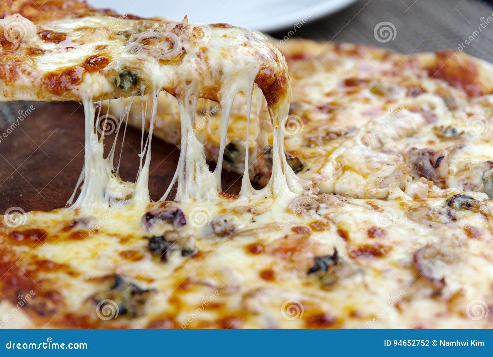 Kaaspizza op de plaat