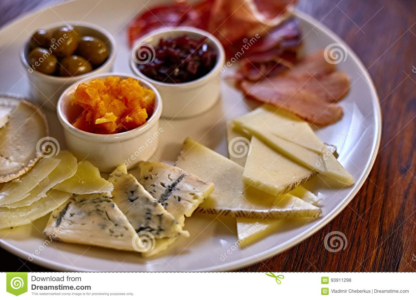 Kaasplaat met verschillende soorten kaas met thymekruiden en okkernoten