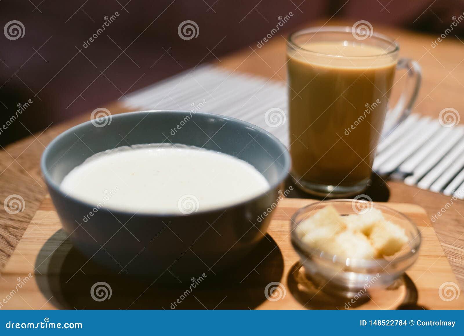 Kaassoep in een koffiewinkel met koffie