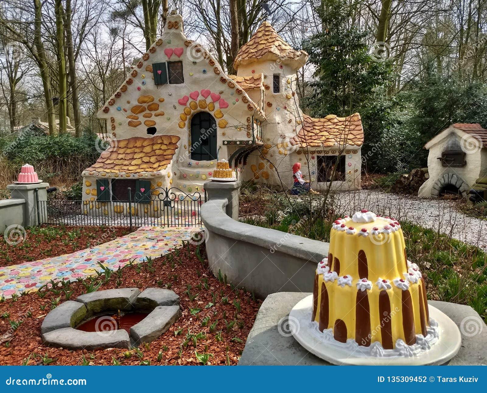Kaatsheuvel holandie/- Marzec 29 2018: Słodki dom bajka Hansel i Gretel w parku tematycznym Efteling
