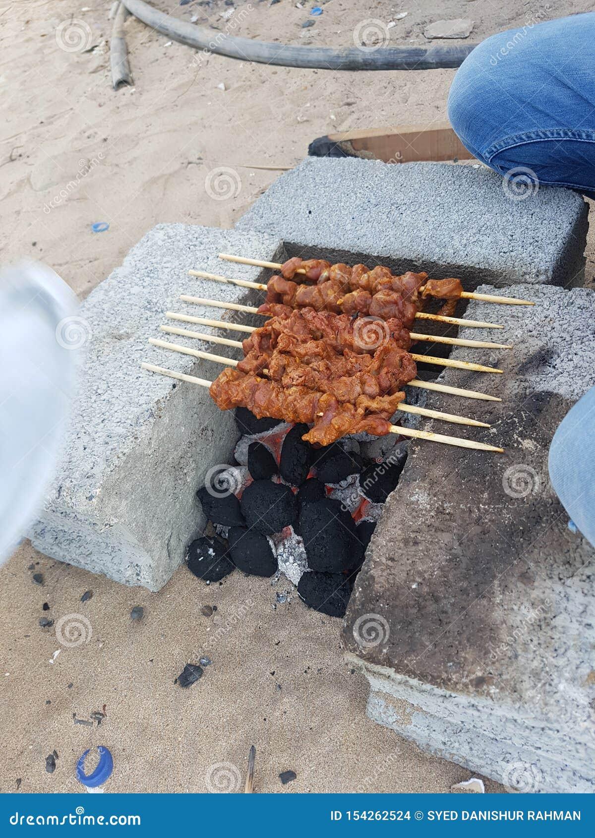Kabaabs ha cucinato sul fumo del carbone