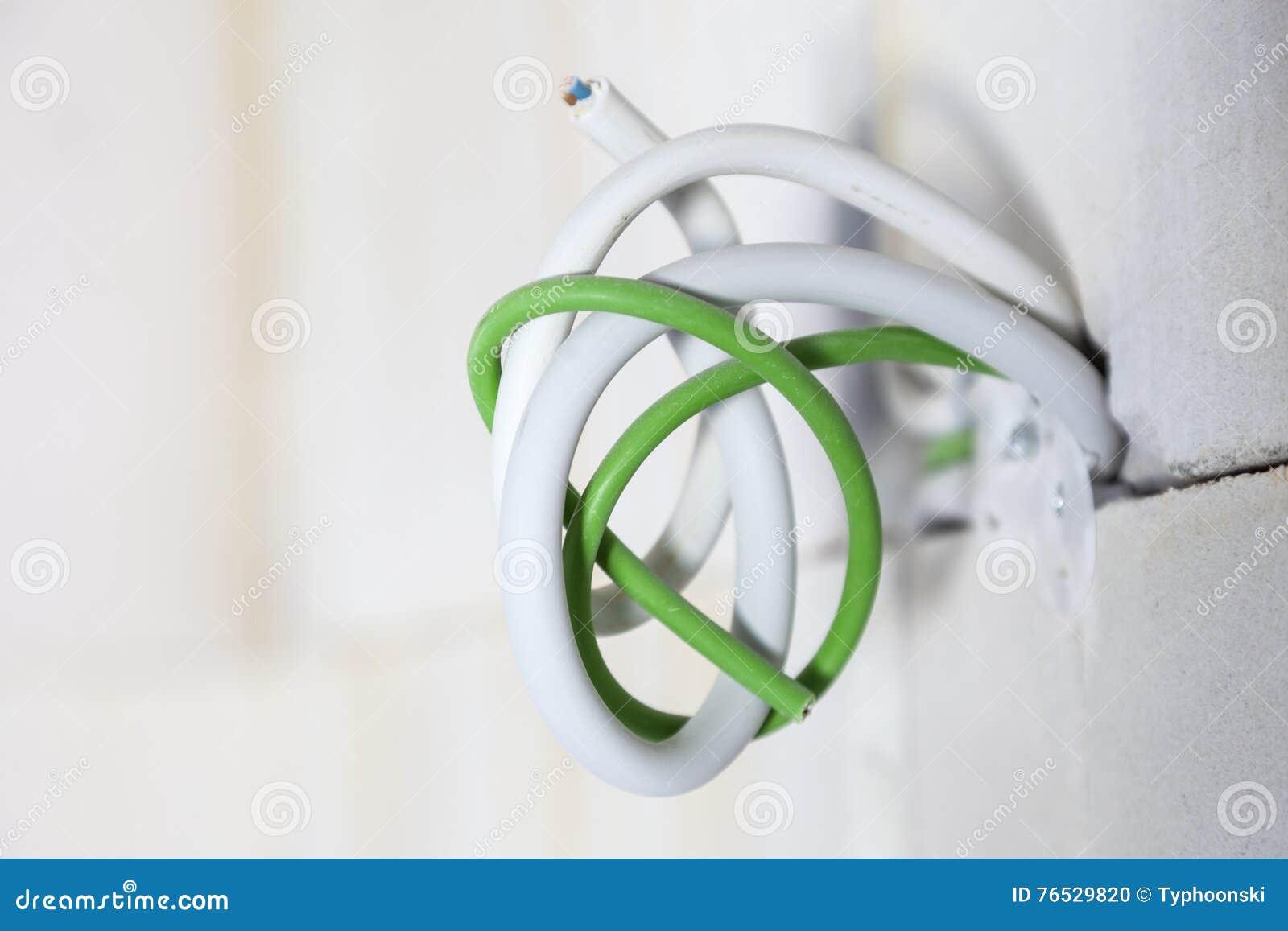 kabel in der wand stockfoto. bild von weiß, einbau, verteilung